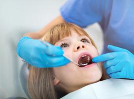 Corticostéroïdes inhalés et caries dentaires chez l'enfant