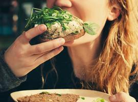 Manger moins vite permet de perdre du poids (étude)