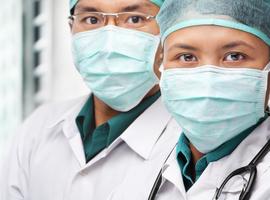 À Wuhan, des médecins mal protégés luttent dans la peur contre le coronavirus