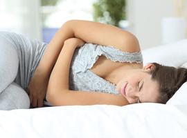 Une jeune fille de 14 ans souffrant de maux de ventre