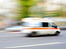 Ambulancier laat ziekenwagen met patiënt achter
