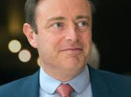 De Wever speelt sociale zekerheid uit tegen migranten