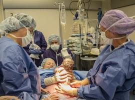 Moeder tilt zelf baby uit buik bij keizersnede: (nog) niet voor België