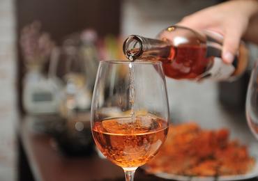 Des règles plus strictes pour la publicité pour les boissons alcoolisées (De Block)