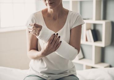 Traitement des fractures du scaphoïde avec déplacement minime: chirurgie ou immobilisation plâtrée?